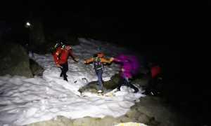 soccorso neve uomini piedi passaggio