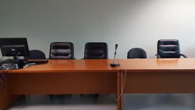 tribunale aula b vuota dye
