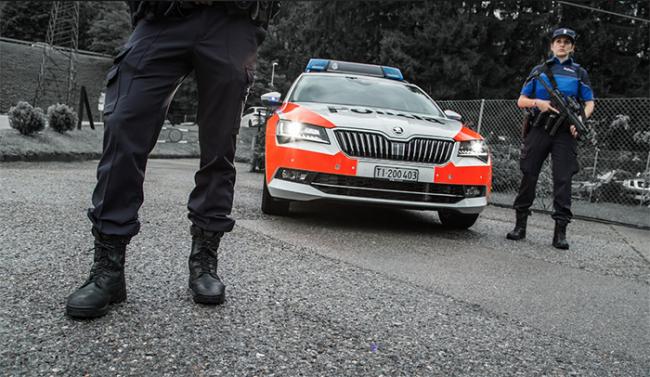 polizia ticino auto agenti mitra